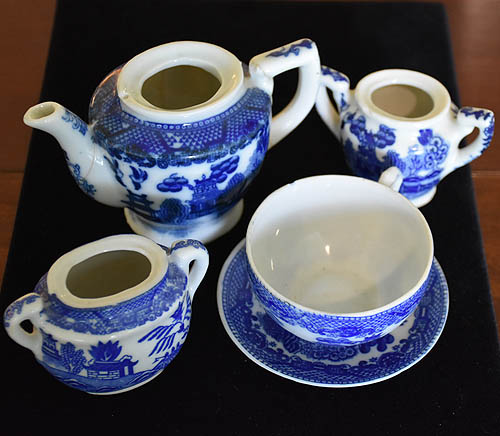 ANTIQUE 4 PIECES OF CHILD'S BLUE WILLOW TEAPOT, SUGAR BOWL, TEA CUP & SAUCER