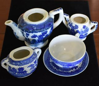 ANTIQUE 5 PIECES OF CHILD'S BLUE WILLOW TEAPOT, 2 SUGAR BOWLS, TEA CUP & SAUCER
