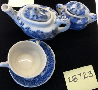 ANTIQUE 8 PIECES OF CHILD'S BLUE WILLOW TEAPOT W/LID, SUGAR BOWL W/LID, 2 TEA CUPS & 2 SAUCERS